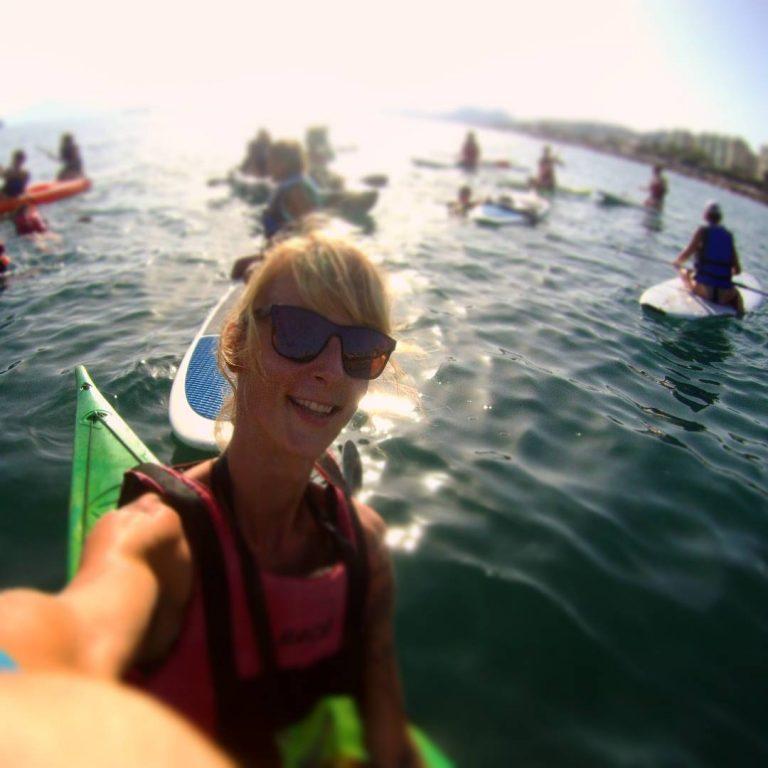 Monitor de Kayak y Bike con un grupo de estudiantes disfrutando la salida en Kayak y Paddle Surf