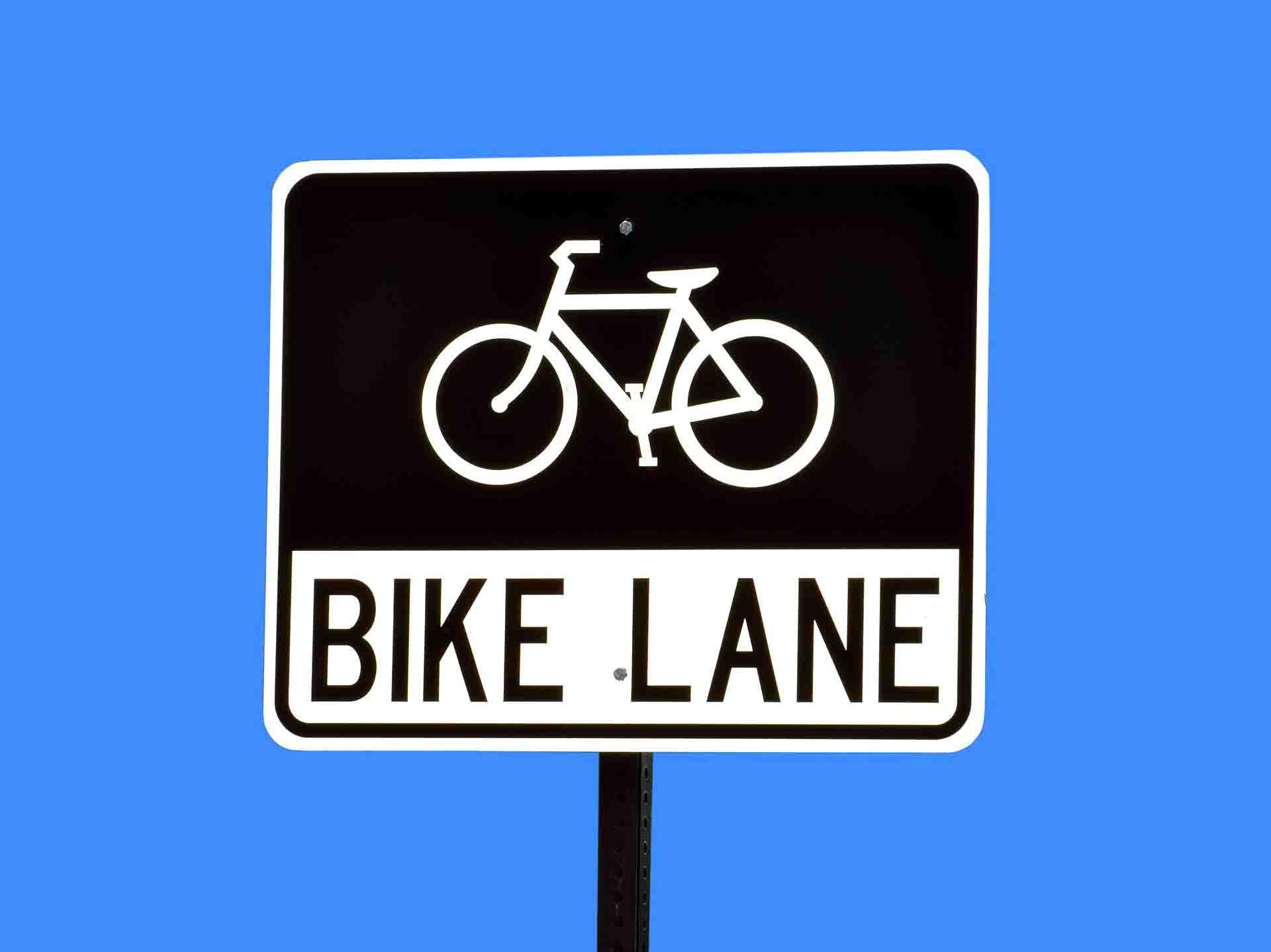 Una señal de carril bici en inglés