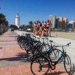 Un grupo de estudiantes disfrutando un paseo en bicicleta por el puerto y centro de Málaga.
