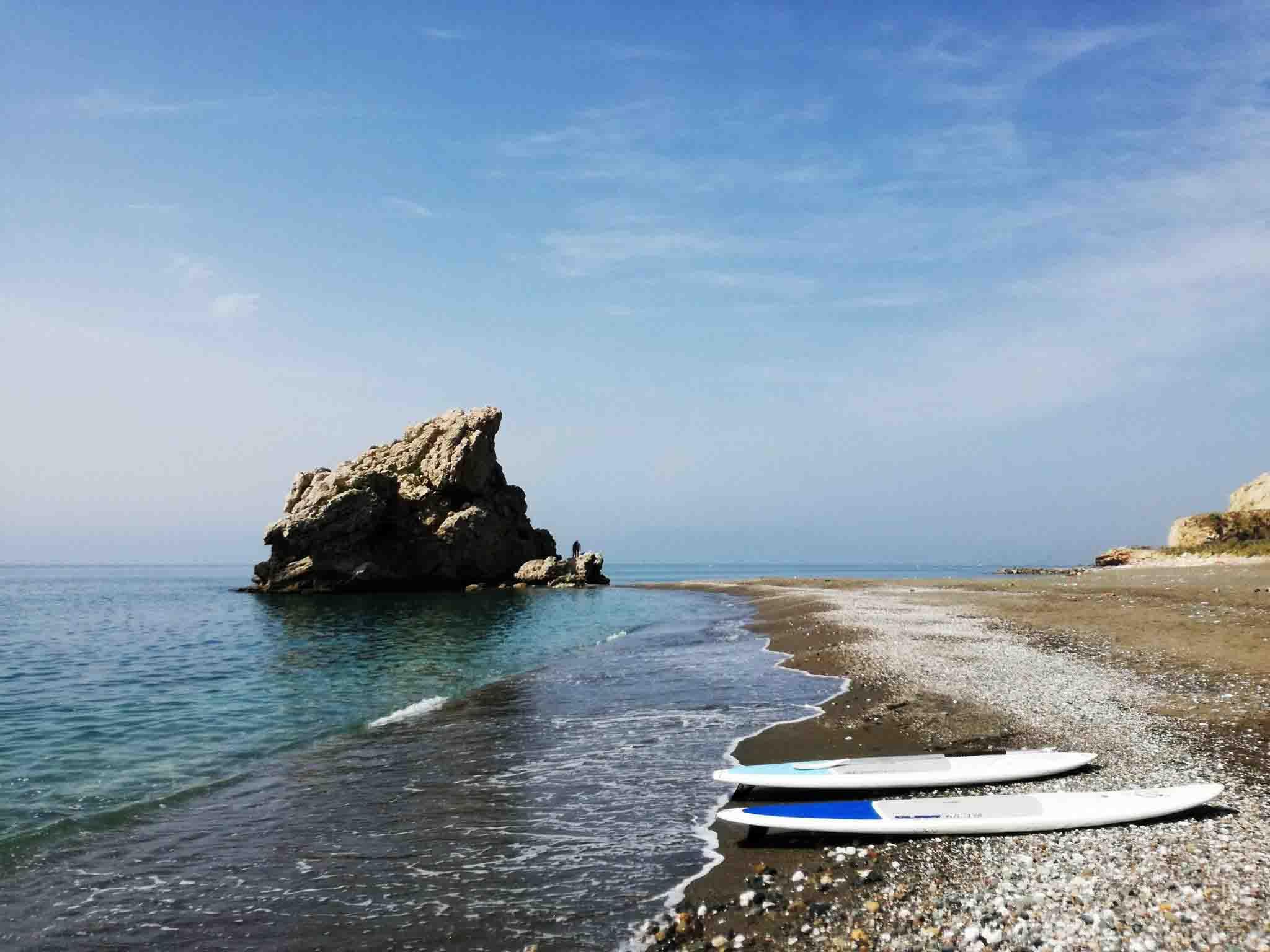 Dos tablas de Paddle Surf en la orilla en Peñon del Cuervo, Malaga.