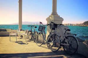 Tres bicicletas aparcadas en los baños del Carmen en Málaga