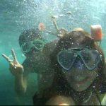 Dos niñas abajo de agua con gafas de snorkel disfrutando su actividad con Kayak y Bike